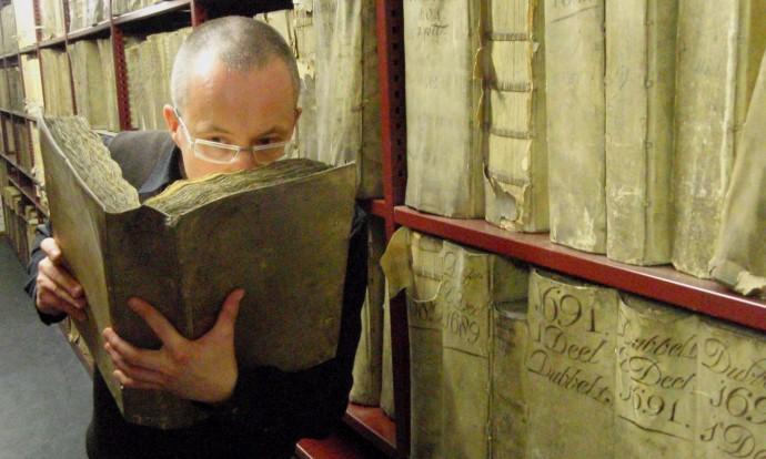 마티아 스틸릭 영국 런던대 교수가 영국 세인트폴대성당 렌도서관에서 보관 중인 고서의 향을 맡고 있다. 스틸릭 교수팀은 책의 향기를 분석해, 책이 사라진 후에도 향기를 남기려는 프로젝트를 시작하려 한다. - 내셔널 트러스트 제공